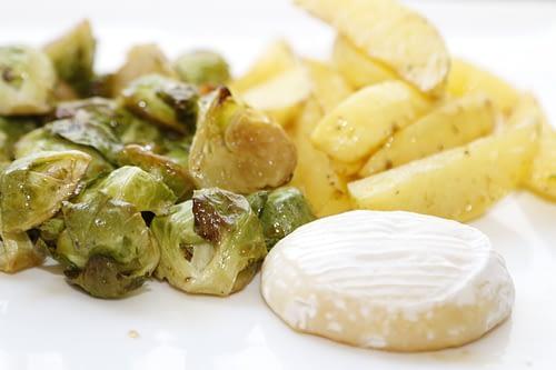 Kartoffelschnitze mit Rosenkohl und Tomme